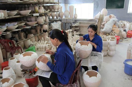 Xin việc xuất nhập khẩu không được chị Hoa về làm cho xưởng gốm nhần nhà tại Bát Tràng, Hà Nội